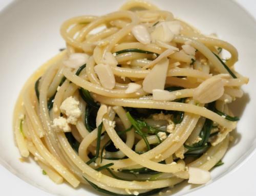 Spaghettoni  agretti e tofu con lamelle di mandorle