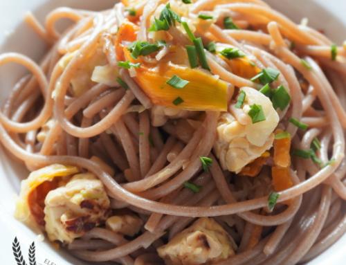 Spaghetti integrali saltati con verdure e fiori di giglio